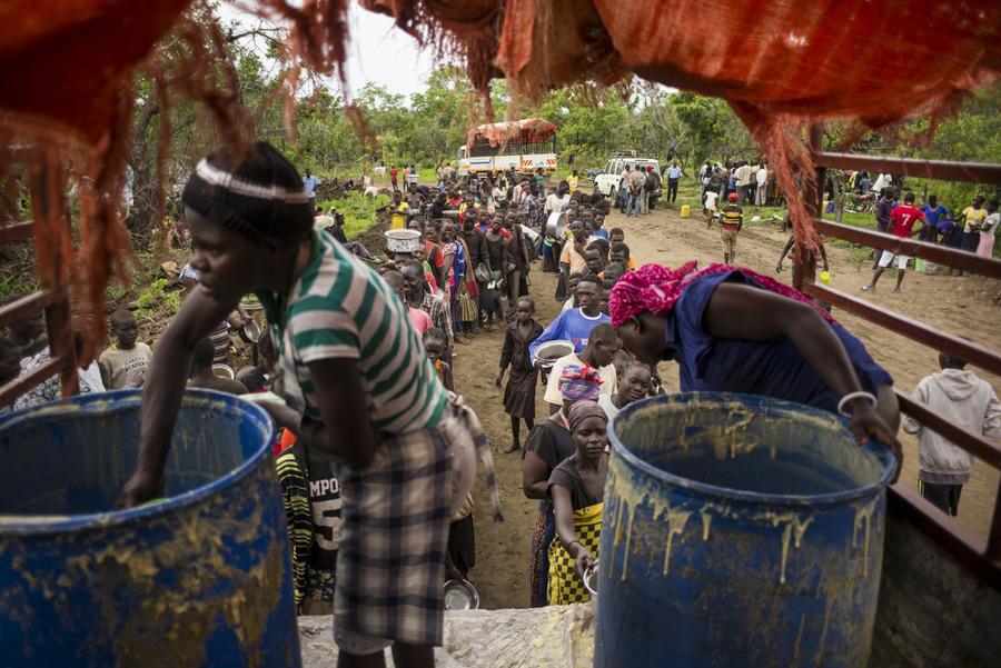 Distribución de comida caliente en el asentamiento de refugiados de Imvepi (Uganda). Fotografía: Kieran Doherty/Oxfam