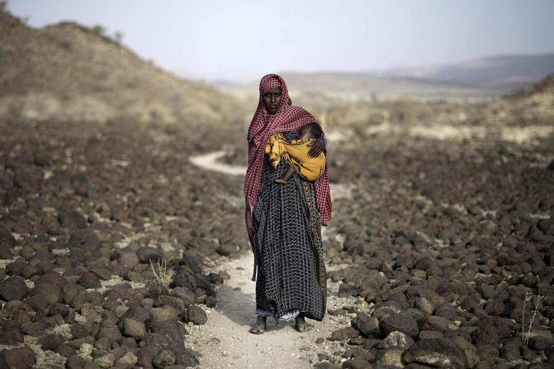 Lorsque Mahamud part chercher des pâturages verts pour leur bétail, Mako reste seule à la maison avec leur fille de 3 mois, car elle ne peut pas parcourir de si longues distances avec un bébé.