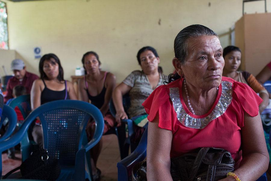 Miembros de la comunidad afectados por El Niño se reúnen para hablar sobre un programa de alimentos apoyado Oxfam y Provida. Foto: James Rodríguez / Oxfam América