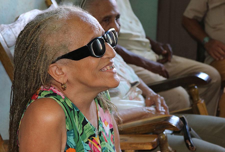 En La Flora, Baracoa, voluntarias de la Cruz Roja Cubana, acompañadas por OXFAM y otras organizaciones locales y extranjeras, hacen notar el alto riesgo sísmico que se concentra en la ciudad. Foto: Marianela González / OXFAM en Cuba