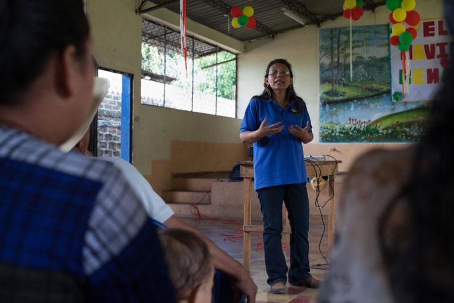 Karen Ramírez de Provida, se reune con los afectados por El Niño y comenta que primero había sequía, ahora demasiada lluvia. Foto: James Rodríguez / Oxfam América