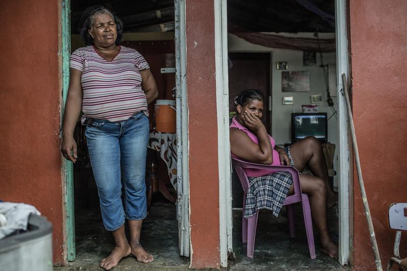 """Carmen Lidia Marcelino, conocida en el barrio Simón Bolivar de Santo Domingo como Jakeline """"La Yolera"""" (conductora de bote). Todas las mañanas Jakeline transporta personas de una orilla a otra del río ya que no existen puentes. Foto: Pablo Tosco/Oxfam"""