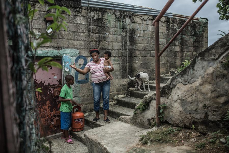 Carmen lleva 39 años viviendo en el barrio Simón Bolívar, donde hemos habilitados rutas de evacuación en caso de huracanes y crecidas del río. Foto: Pablo Tosco/Oxfam