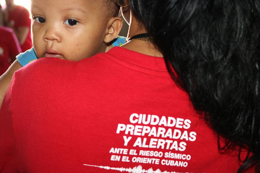 """Voluntarias de la Cruz Roja Cubana, como Marlene, encuentran en el trabajo de sensibilización comunitaria un modo de """"aterrizar"""" en su propia ciudad. Un ejercicio de ciudadanía. Foto: Marianela González / Oxfam en Cuba"""