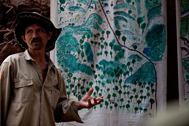 Un campesino exponiendo un mapa parlante comunitario en la comunidad de Isipotindi, Bolivia. Foto: Oxfam / Patricio Crooker