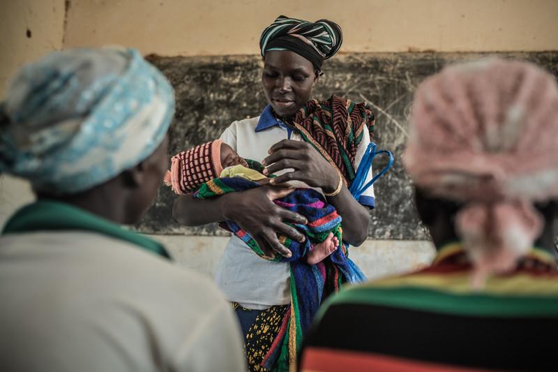 Fati Marmoussa (de pie con su hijo) asiste junto con otras mujeres a un taller para prevenir la malnutrición organizado por Oxfam y ATAD.