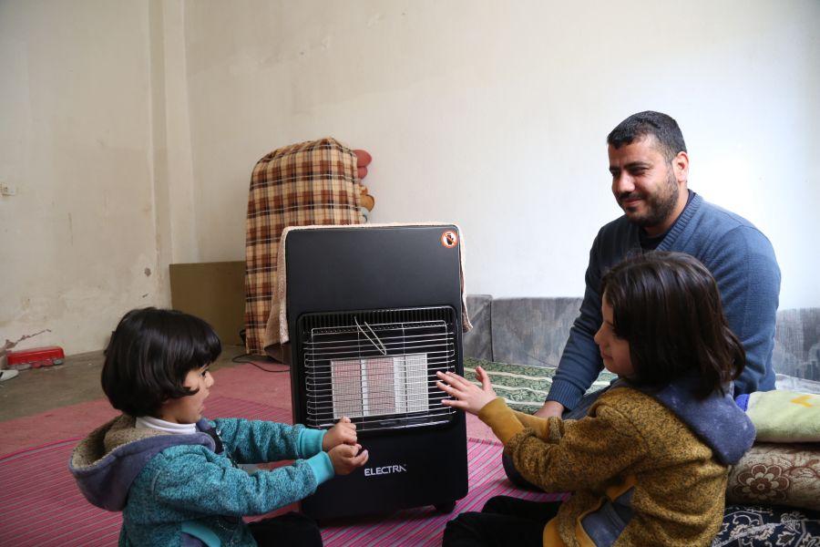 El coste de mantener una casa caliente durante los meses más fríos excede las posibilidades de muchas familias. Para ayudarles a afrontar el invierno, desde Oxfam hemos distribuido 600 kits de invierno.