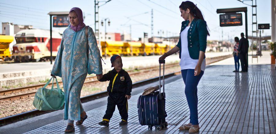 Charifa Beja dit au revoir à sa famille sur un quai de gare.