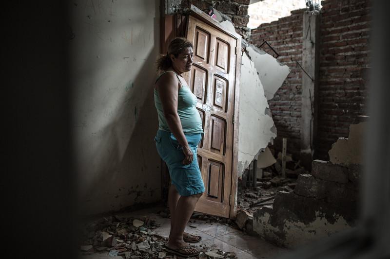 Alba observa lo que queda de su casa. La fachada se ve intacta pero por dentro está totalmente destruida.