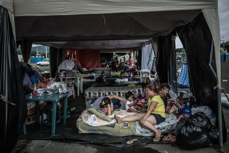 Más de 1.100 personas se encuentran en el albergue temporal del antiguo aeropuerto de Portoviejo, en la provincia de Manabí.