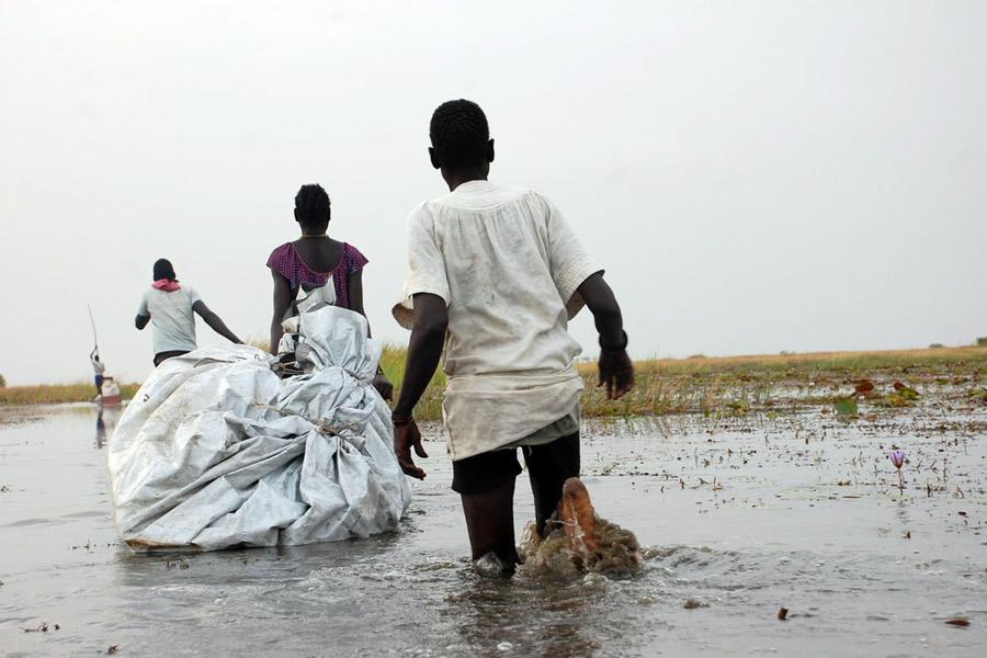 Marissa y su familia trajeron hasta Nyal lo que les quedaba, arrastrando sus posesiones en lonas de plástico por los pantanos. Foto: Dorothy Sang/Oxfam