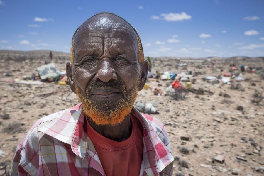 Mahmoud Geedi Ciroobay (en la imagen de arriba) es de Kalsheikh, que se encuentra a 60 km de la zona próxima a Garadag donde se han asentado las comunidades pastoralistas.