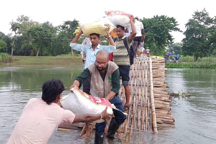 Anjil Adhikari, coordinateur local pour le programme d'Oxfam de réponse aux inondations, apportant des denrées alimentaires aux villageois de Chattauli, au Népal. Photo: BWSN