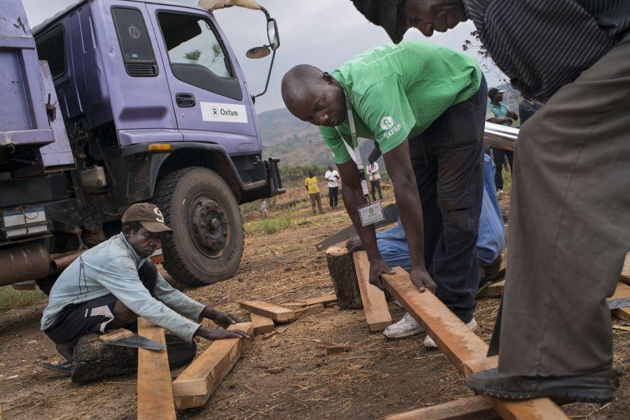 Oxfam aide les communautés locales en construisant des latrines et en creusant des puits pour fournir de l'eau potable.