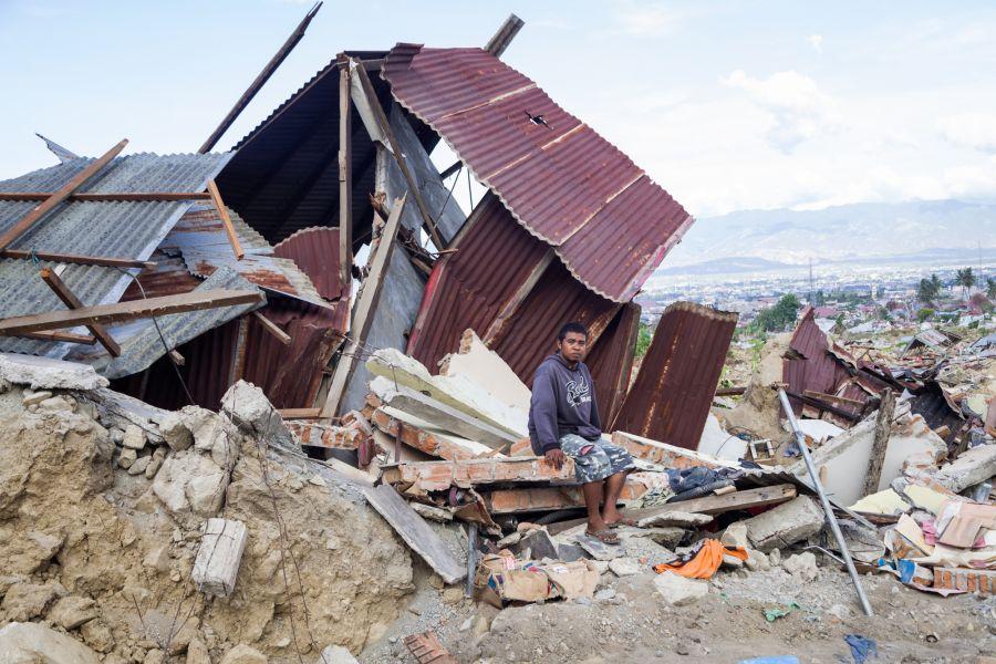 Ronald (32 años) frente al taller de coches de su padre, que murió tras ser engullido por un socavón tras el terremoto que el 28 de septiembre de 2018 sacudió la costa de Palu. Fotografía: Andri Tambunan/Oxfam