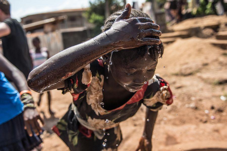 Mariama, de 13 años, utiliza un nuevo pozo instalado por Oxfam como parte del trabajo continuo de agua y saneamiento tras la crisis del Ébola en Sierra Leona. Foto: Tommy Trenchard/Oxfam