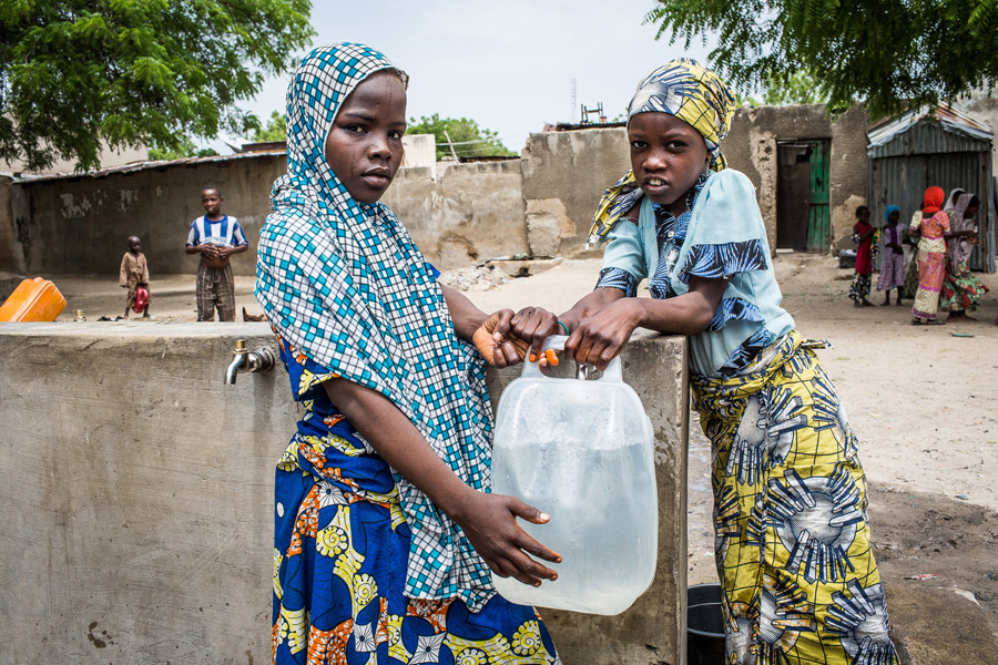 Dos niñas en un punto de suministro de agua de Oxfam en Maiduguri, cerca de Pulka (estado de Borno). Fotografía: Tom Saater/Oxfam