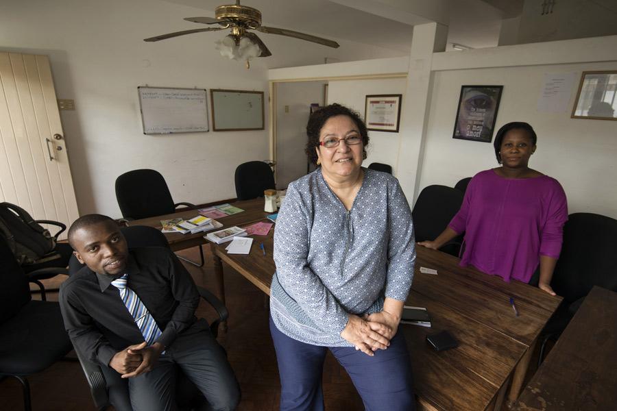Maria Jose Arthur, coordinatrice de la communication de l'organisation Femmes et droit en Afrique australe (WLSA Moçambique) à son bureau de Maputo, au Mozambique. Photo : Brett Eloff/Oxfam