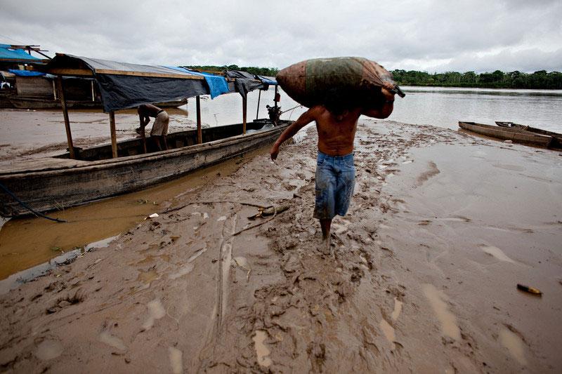 Estibador transporta un saco de castaña, también conocida como nuez del Brasil. La mayoría de la nuez del Brasil que se vende en el mundo procede de Bolivia. Riberalta, Beni. Foto: Oxfam / Patricio Crooker