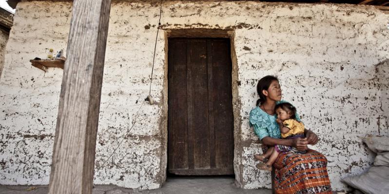 Juana Pu de la comunidad de Pamaria, junto a su hija, a quien han diagnosticado desnutrición gave. Foto: Pablo Tosco/Oxfam