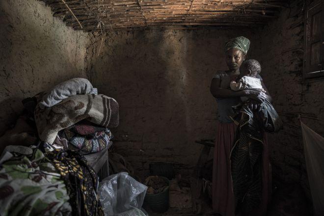 Patience huyó de su hogar en la RDC juntó a sus siete hijos en octubre de 2014, después de que grupos rebeldes masacrasen su pueblo en el norte de Kivu. Ahora vive con una familia de acogida en otro pueblo.