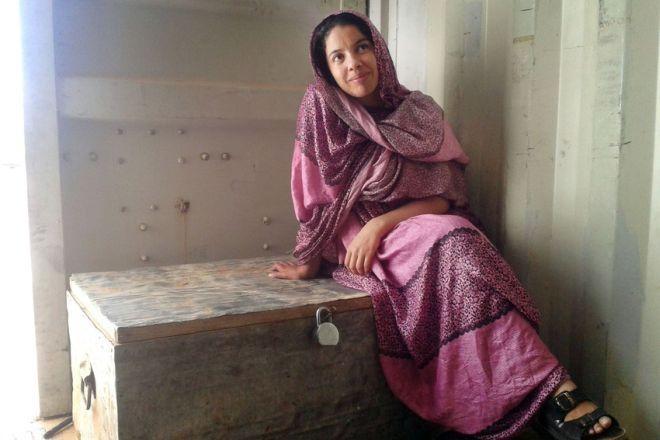 """À 28 ans, Abeida a été réfugiée toute sa vie. Avec ses parents et ses quatre frères et sœurs, elle vit dans un camp sarhaoui. """"Ici, chaque famille a une """"valise pour le retour"""" toujours prête"""", explique-t-elle."""