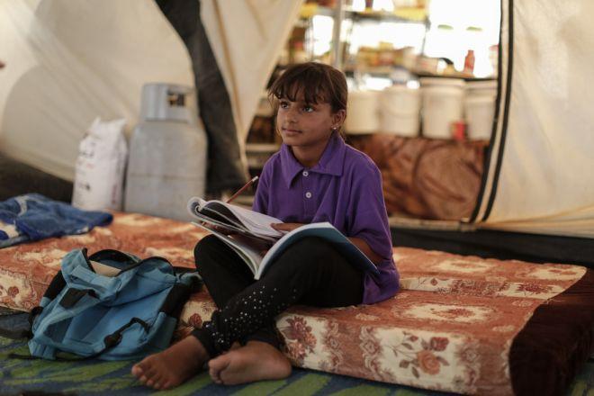 Amal* (12 ans) étudie dans le camp de réfugiés de Zaatari, en Jordanie, le 7 septembre 2015. Amal fait partie d'un club pour enfants dans un centre communautaire d'Oxfam. Elle est arrivée à Zaatari avec ses parents et ses six frères et sœurs en 2013.