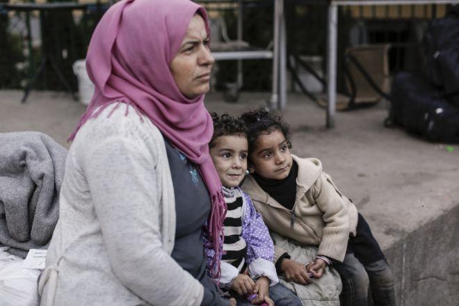 Ada Moussa, de 36 años y de Qamishli (Siria), esperando para subir a un autobús junto a su marido y sus cuatro hijos tras haber obtenido un permiso para viajar durante 72 horas en un centro para refugiados y migrantes en Preševo (Serbia).