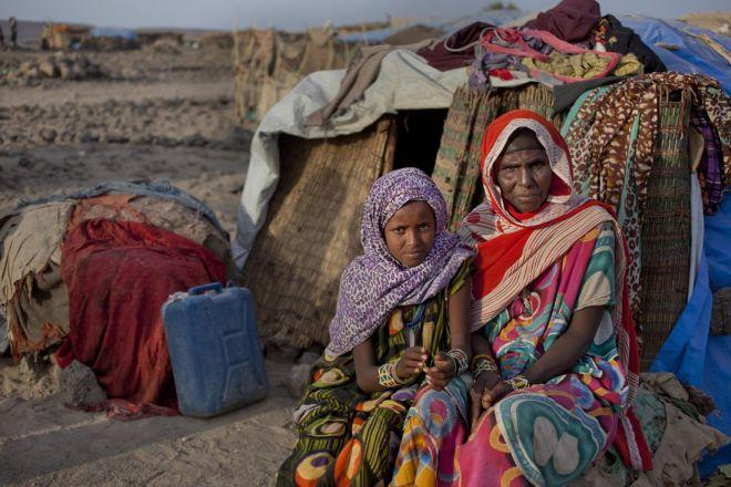 """Hawa (50 ans) vit avec quatre de ses dix enfants dans le camp pour déplacés de Harisso, en Ethiopie. Elle a perdu 400 chèvres et 100 vaches à cause de la sécheresse. """"J'ai d'abord perdu dix animaux par jour, puis de plus en plus, raconte-t-elle."""