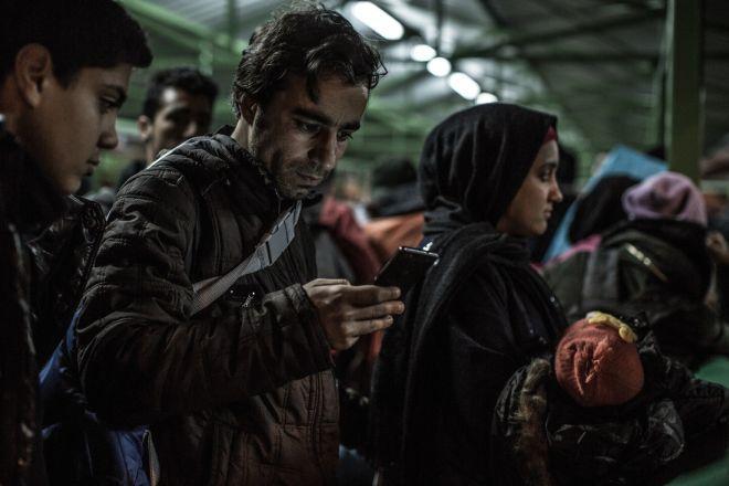 Abdullah y su mujer e hijo esperando en la cola en un centro de registro de refugiados en Preševo. En noviembre de 2015, cerca de 8.000 refugiados y migrantes llegaban cada día a Serbia en su ruta hacia Europa. Tenían 72 horas para atravesar el país.