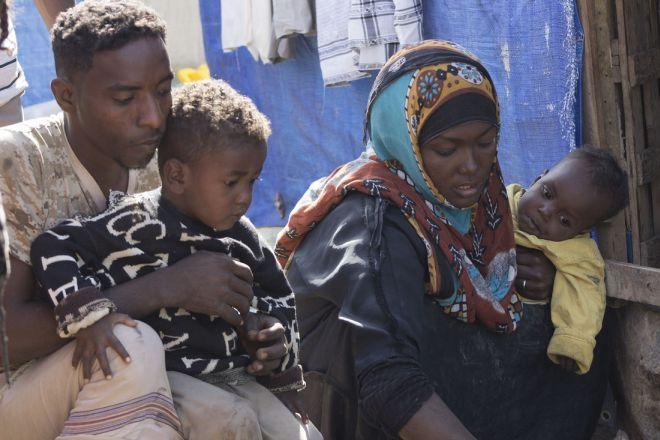 """Jamal Mahyob, de 27 años, vive con su mujer Badria, de 26 años, en una pequeña tienda en el campo de Al-Quba (Yemen). """"Solo quienes se ven obligadas a dejar sus casas en busca de seguridad pueden saber qué significa ser una persona desplazada""""."""