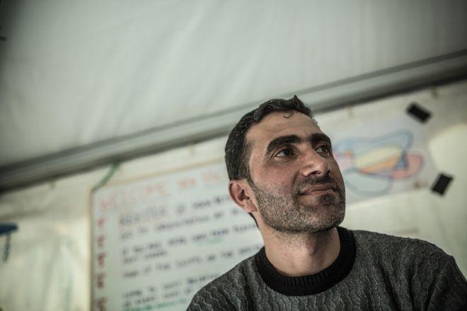 """Mohamad, de 35 años, decidió dejar Aleppo (Siria) con su mujer, Racha, y sus cuatro hijos cuando una bomba mató a una de sus cinco hermanas. No se ha llevado nada de su país natal. """"Tan solo me he traído a mi familia"""", dice."""