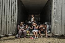 Carlos y su familia se han instalado en un container tras la destruccion de su vivienda. Foto: Pablo Tosco / Oxfam