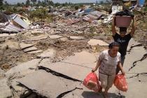 Los residentes rescatan sus pertenencias después que un terremoto y un tsunami impactaran Palu en la isla de Célebes, en Indonesia, el 29 de septiembre de 2018.