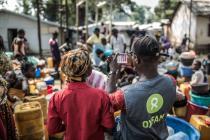 Un técnico de agua y saneamiento de Oxfam mide la potabilidad del agua en un punto de recogida y distribución en el campo de desplazados de Mukassa, Bangui, República Centroafricana. Foto: Pablo Tosco/Oxfam