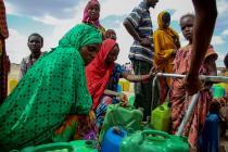 Attroupement autour d'un réservoir d'eau installé par Oxfam, à Hariso (Éthiopie), qui fournit 10 000 m3 d'eau par jour.