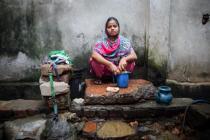Rasheda, madre de dos niños, lava ropa en la parte trasera de su casa, cerca de una cloaca, en Chittagong (Bangladesh). A pesar del crecimiento económico, casi 40 millones de personas aún viven por debajo del umbral de pobreza. Foto: GMB Akash/Oxfam