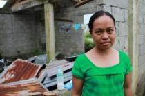 Rowena enfrente de su casa destruida en Catigbian, Tanauan