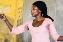"""Sulemana es profesora en Ghana. """"Cuando llegué a esta comunidad me di cuenta de que los padres no querían traer a sus hijos, especialmente a las niñas, a la escuela. Creen que el lugar de una niña está en la cocina """". Foto: Jacob Stær"""