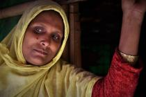 Ayesha, réfugiée Rohingya, avec ses filles à l'intérieur de son abri dans le camp de Cox's Bazar, au Bangladesh. Crédit : Maruf Hasan/Oxfam