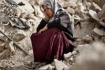 Zakia sobre los escombros de su vivienda, Alepo. Foto: Pablo Tosco