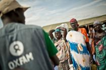 Nyawol Piu prend de l'eau à un réservoir fourni par Oxfam, dans l'État de Jonglei.
