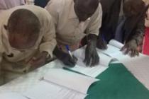 Les représentants de la communauté de Kiboga signent l'accord final avec la NFC
