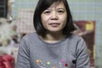 Hoan trabaja empaquetando camisetas y camisas para su exportación en la fábrica textil Tinh Loi, en el norte de Vietnam. Su jornada laboral supera las 62 horas a la semana y cobra aproximadamente 1$/hora.