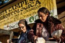 Dos mujeres feriantas descargan los productos que pondrán a la venta en el mercado de San Pedro. Pablo Tosco / Oxfam Intermón