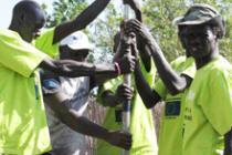 Les équipes techniques d'Oxfam aident à réparer des puits. Caroline Gluck/Oxfam