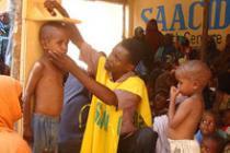 Contrôle de santé, dans un centre de Saacid, en Somalie. Photo : Geno Teofilo