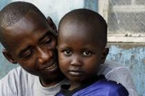 Mohammed Kamara (40) cuida de sus dos hijos y del hijo de la hermana de su mujer, Ibrahim (3). Autor: Aubrey Wade/Oxfam