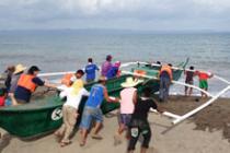 Una de las barcas de Oxfam siendo lanzada al gua en San Jose, Tacloban
