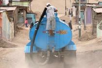 Pagar por el agua que entregan los camiones repartidores es algo a lo que muchos están acostumbrados en Nuevo Pachacutec. Foto: Matt McGrath / BBC